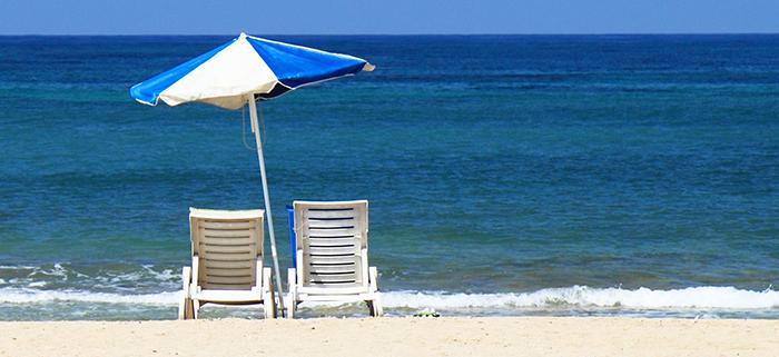 Sonnenschirm am Sandstrand