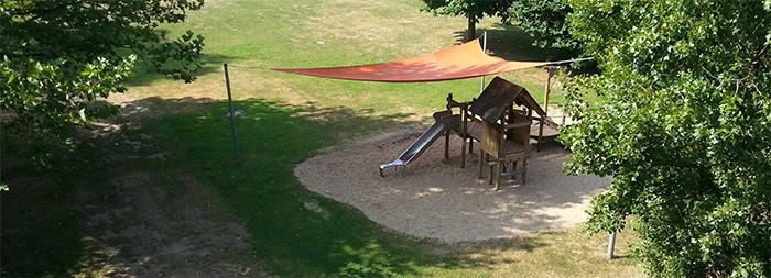 Sonnensegel auf dem Spielplatz im Freibad