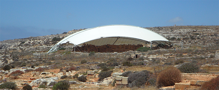 großes weißes Sonnensegel schützt archäologische Ausgrabung